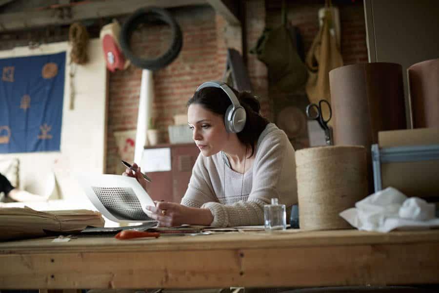 Jonge vrouw tijdens een workshop