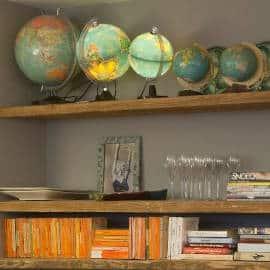 Detailfoto van boeken, objecten en Wereldbollen. De Entresol Depot Noord