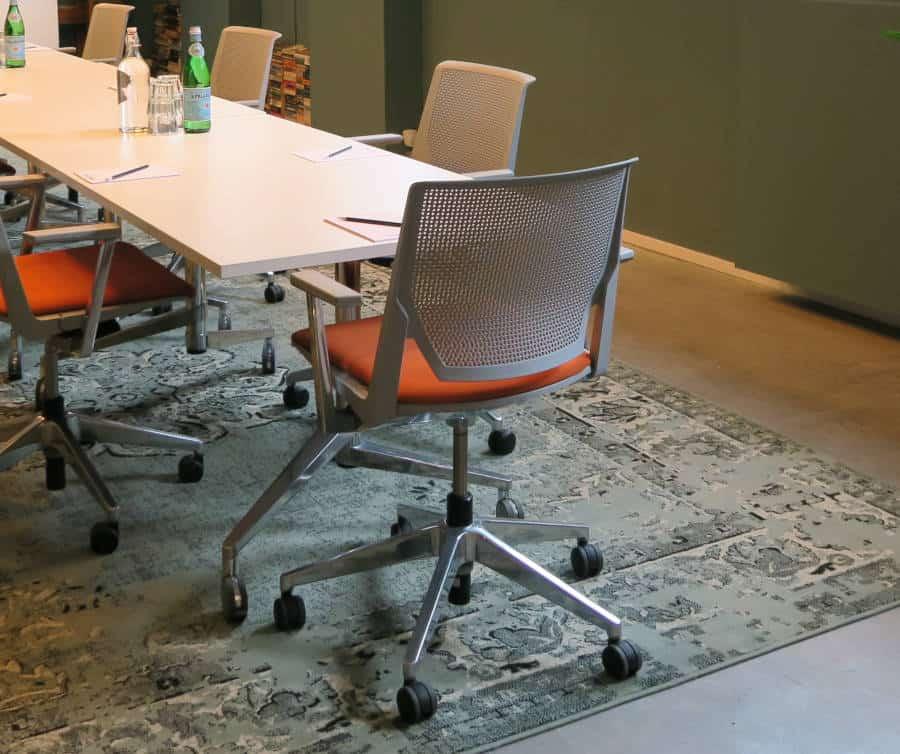 verrijdbare stoelen in vergaderruimte de Bibliotheek