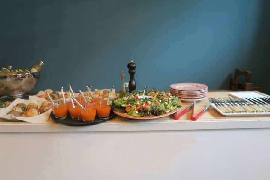 Lunchbuffet met toetjes en bestek met een blauwe achtergrond