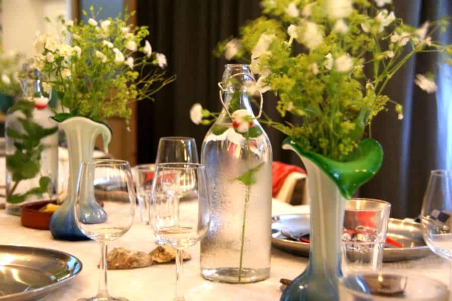 Detail van een gedekte tafel in de Entresol