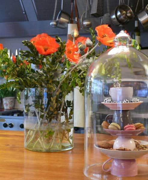 Macarons naast een pot bloemen