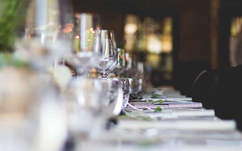 Wijnglazen op tafel tijdens lunch