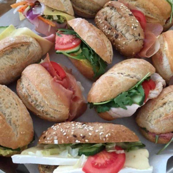 Diverse soorten knapperige verse broodjes bij het luncharrangement