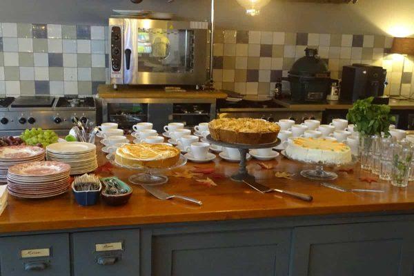 Allerlei soorten verse taart bij het kofie/thee arrangement bij Depot Noord in Rotterdam